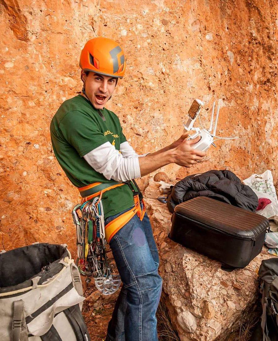 Eduard con drone para croquis escalada.