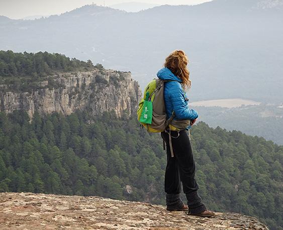 Noia amb Eco'n'tainer micro gaudint de la natura.
