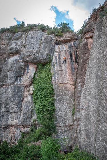 Escalada en placa en Cova de l'Ós, Montserrat Norte.