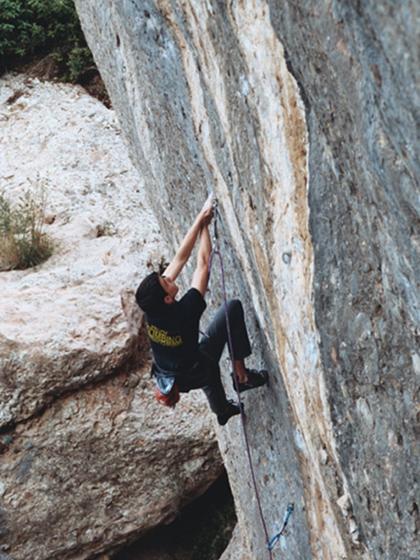 Gerard Rull encadenant Sílfides - 8b a Montserrat.