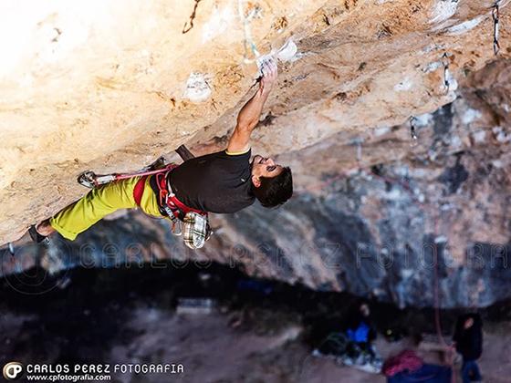 Gerard Rull escalando en la cueva de Santa Linya.