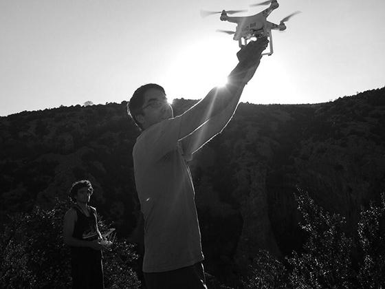 Arnau y Marc Subirana levantando el dron.