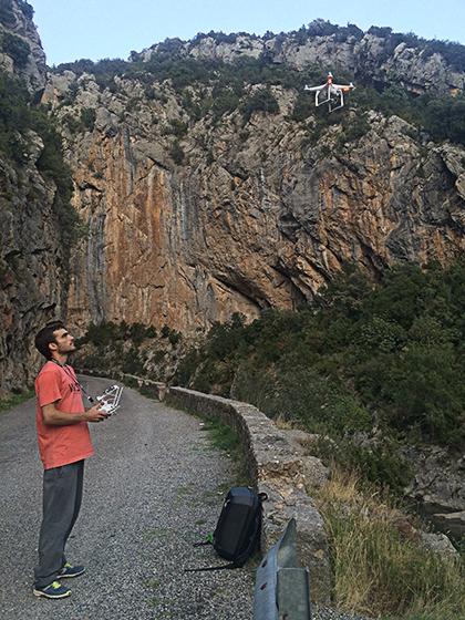 Arnau levantando el dron.