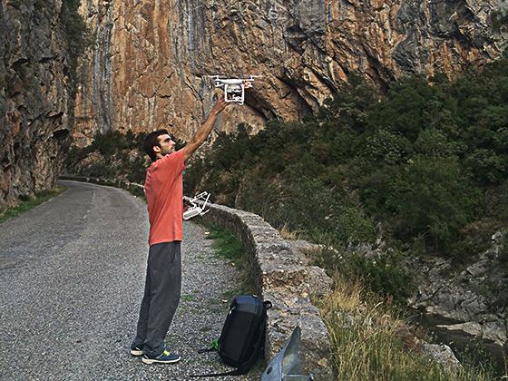 Arnau empezando a levantar el dron.
