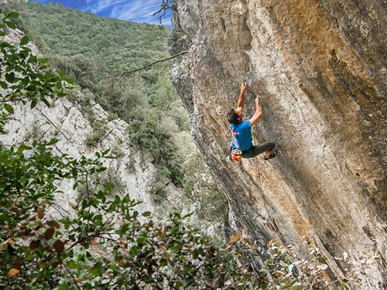 Jordi Cruz escalant a Sadernes.
