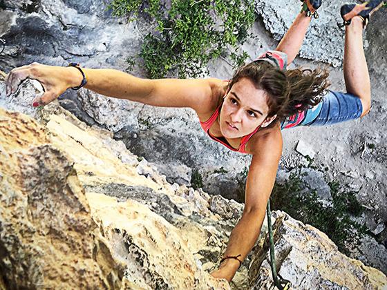 Marta Palou, del team PRO Climb Around, escalando un fuerte desplome en Rodellar.