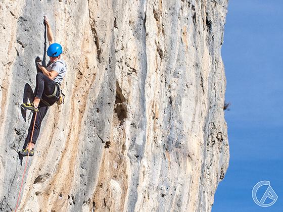 Nil Alcubilla escalando en el Clot de l'Espasa con Climb Around.