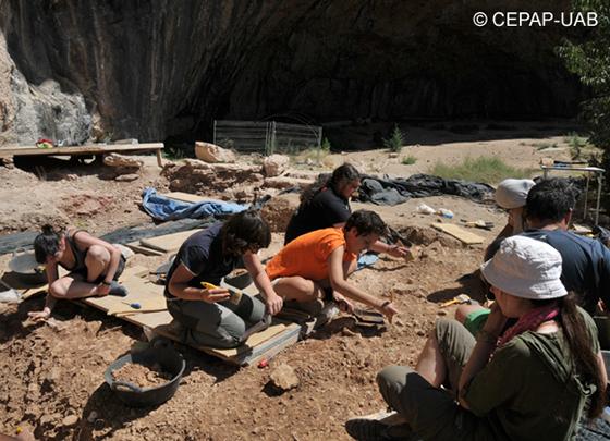 Excavaciones arqueológicas en la cueva de Santa Linya.