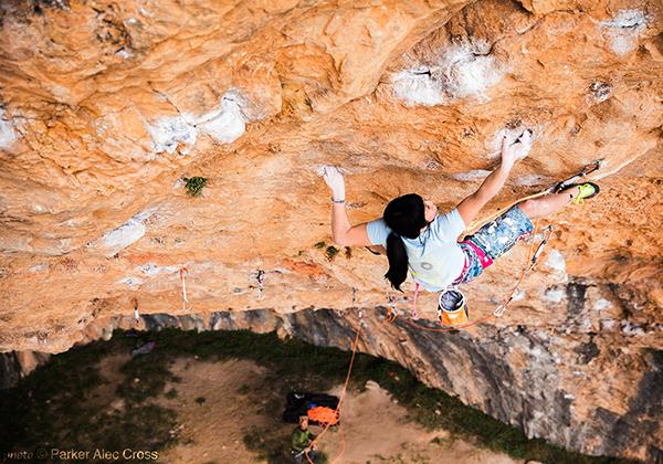 Ashima Shiraishi escalando en la cueva de Santa Linya.