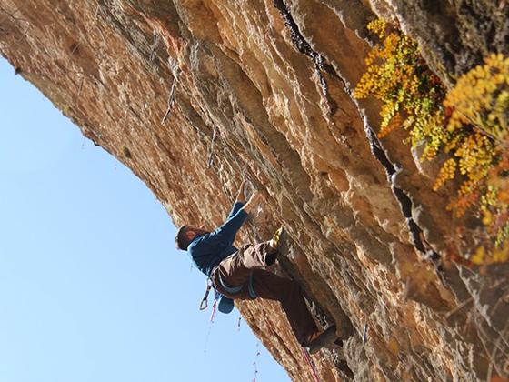 Dani Moreno escalando Blomu en Santa Linya.