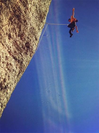 Caída espectacular de escalada que si no se asegura dinámica puede provocar un accidente.