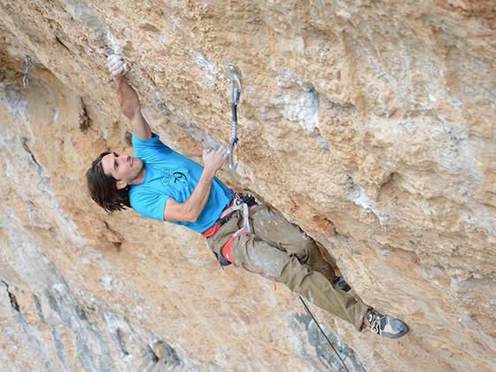 Dani Fuertes escalando la vía Digital System - 8c, en Santa Linya.