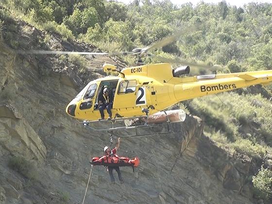 Bomberos haciendo un rescate en un accidente de escalada.