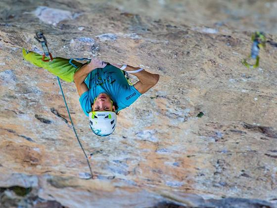 Imagen de un escalador enfatizando el vacío inferior, por Gerard Artal.