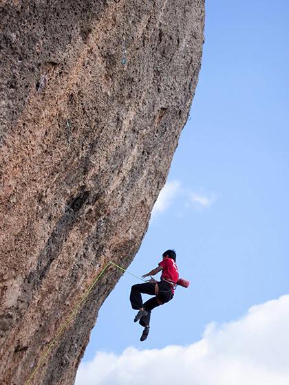 Caiguda segura de escalada deportiva.