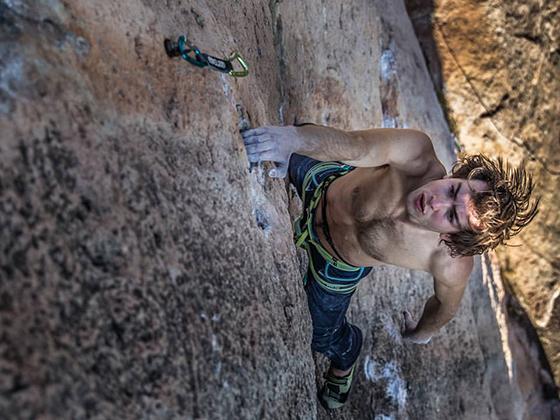 Simon Padin escalando concentrado en los siguientes movimientos.