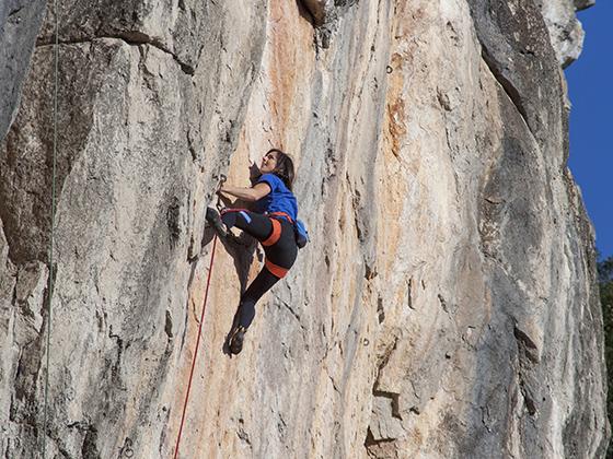 Fisuras y regletas son características en la escalada de Arbolí.