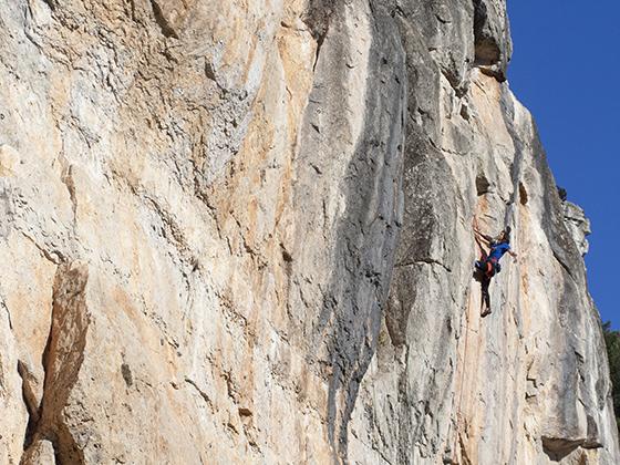 Enormes placas de escalada en Arbolí, como el Dard.